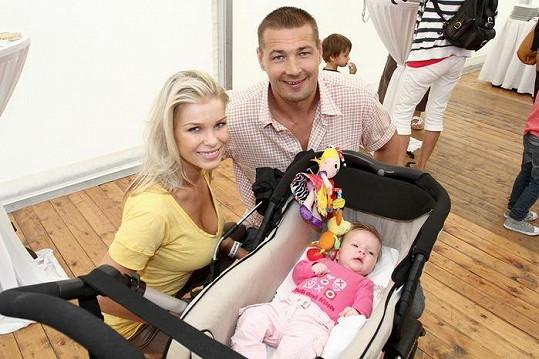 Romana Jákl Vítová s manželem Petrem a dcerou Elisou.