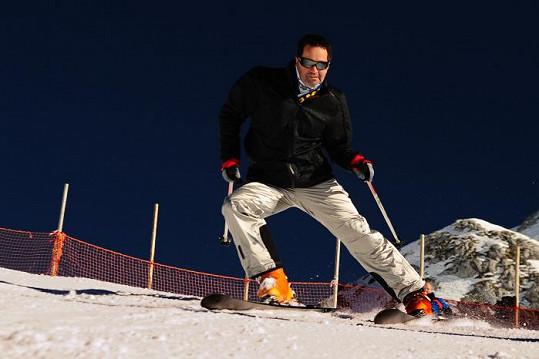 A lyžař je velmi zdatný.