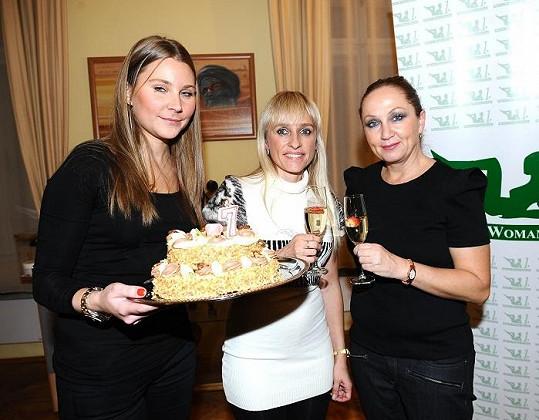 Zpěvačka na oslavě 7. narozenin salonu krásy.