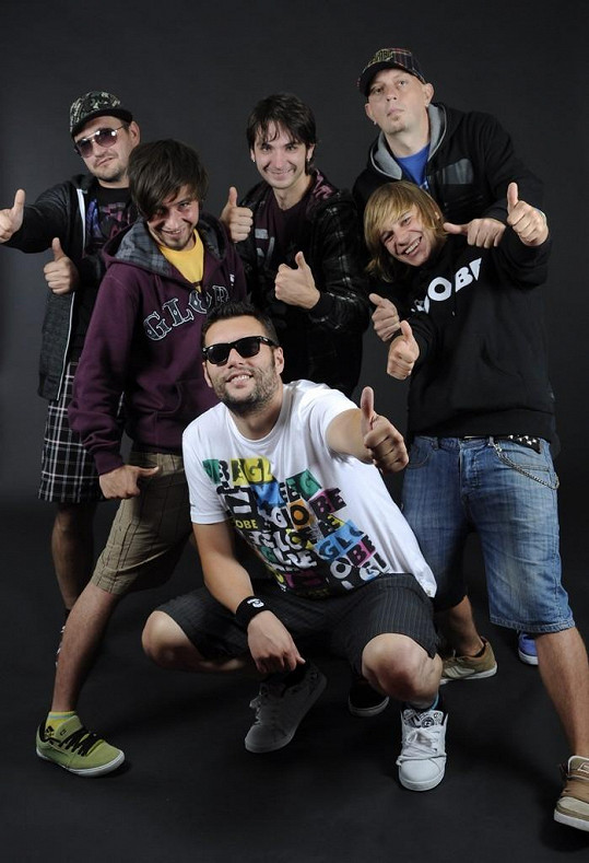 Dva členové kapely Smola a Hrušky příliš oslavovali po koncertu a zdemolovali bar.