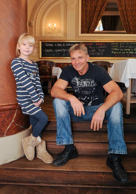 Martin Maxa nemohl pochopit, kde jeho dcera Ema pochytala modelkovské pózy.