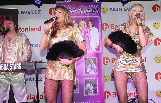 Zpěvačky Abba Stars mají ultrakrátké šaty.