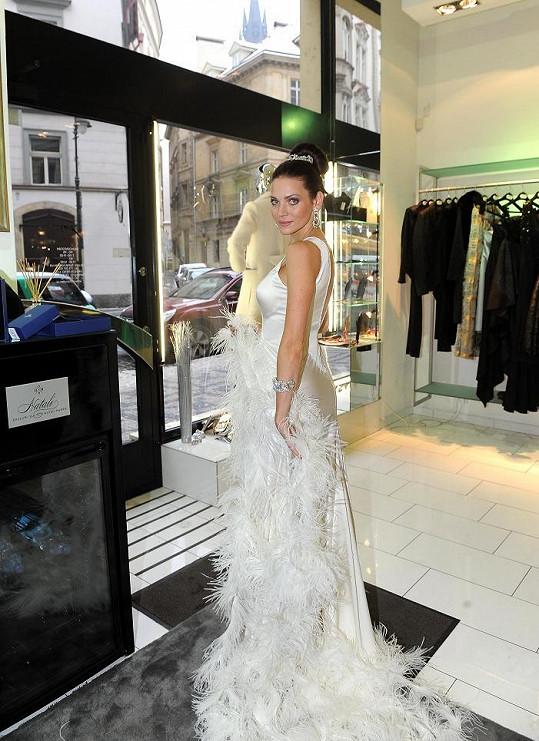Nevinně bílou róbu si vezme Andrea Verešová na Ples v Opeře.