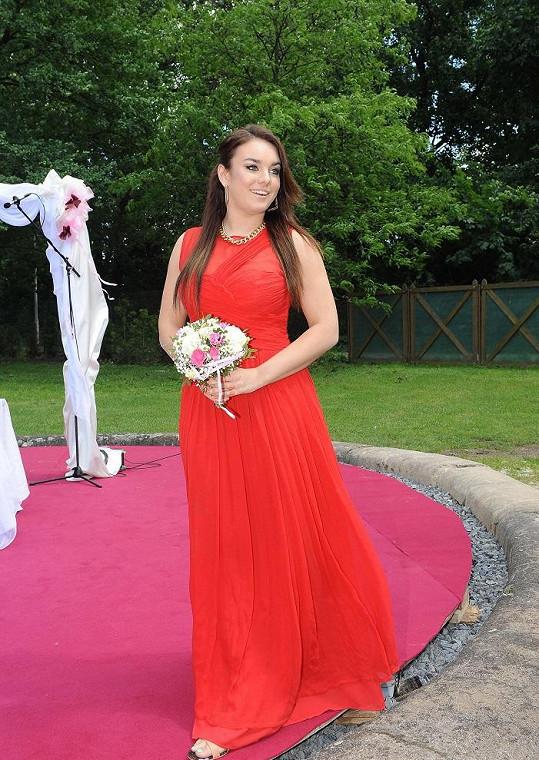 Ewa vypadala v rudých šatech jako bohyně.