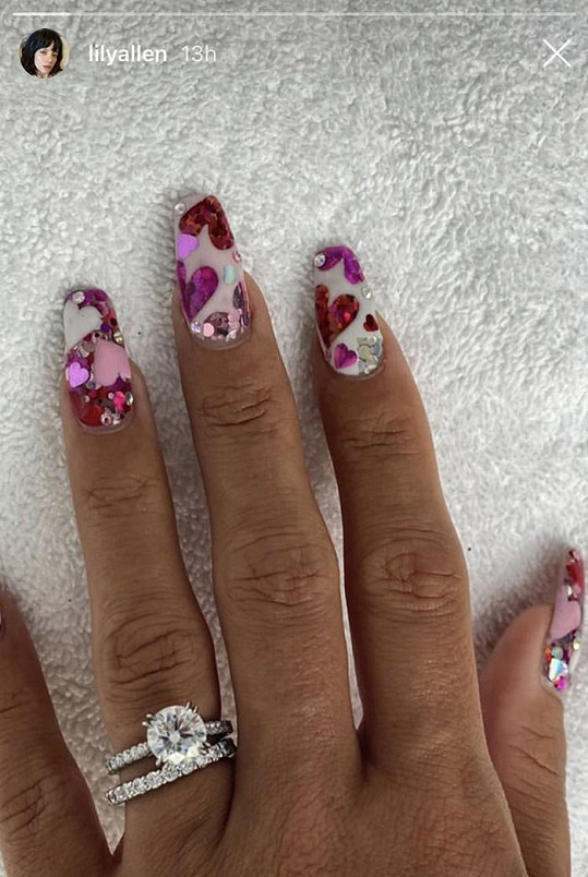 Ukázala i snubní a zásnubní prstýnek.