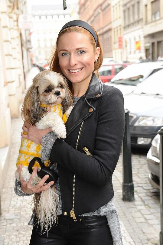 Modelka Romana Pavelková svoji fenku obléká do pestrých svetříků.