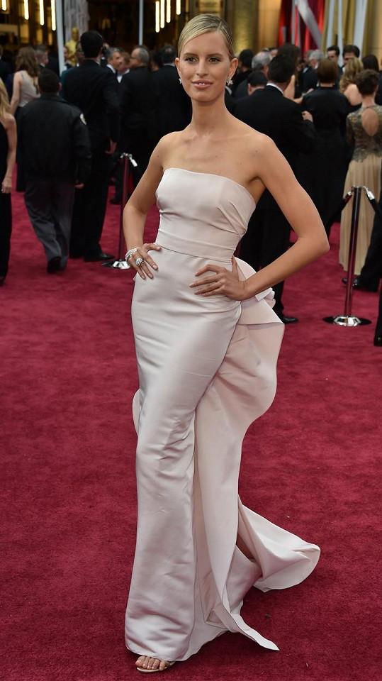 Karolína model Marchesa doplnila sandály s názvem 'Minny' od Jimmyho Chooa diamantovými šperky Harry Winston.