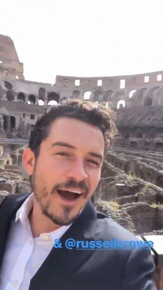 Orlando Bloom si uvnitř Kolosea udělal selfie.
