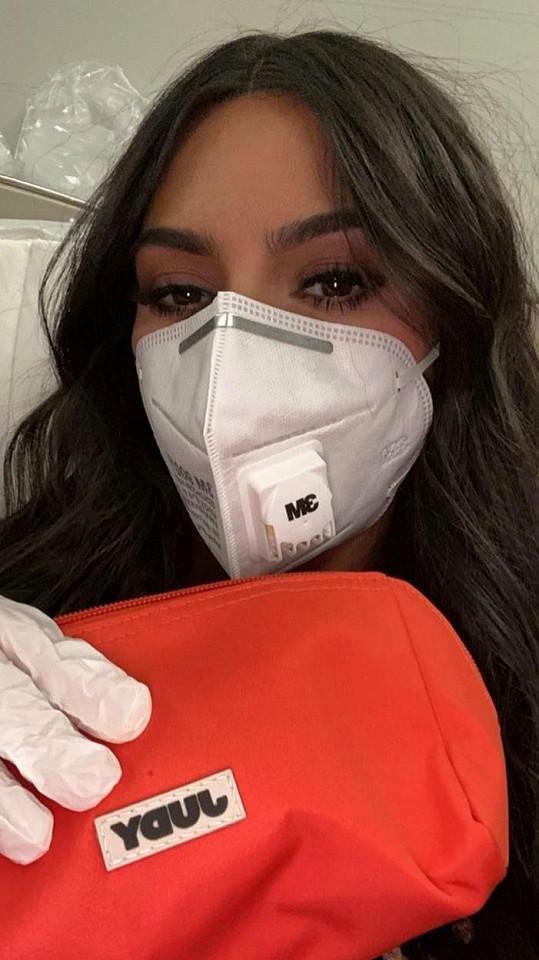 Nebyla by to Kim, kdyby se taky nezvěčnila s rouškou na obličeji.