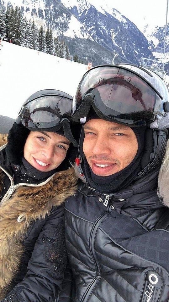 Zatímco Melissa tuní vzhled, její muž Jeremy Meeks si užívá s přítelkní Chloe Green na horách.