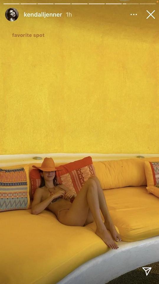 Ze žlutého gauče se skoro nehnula.