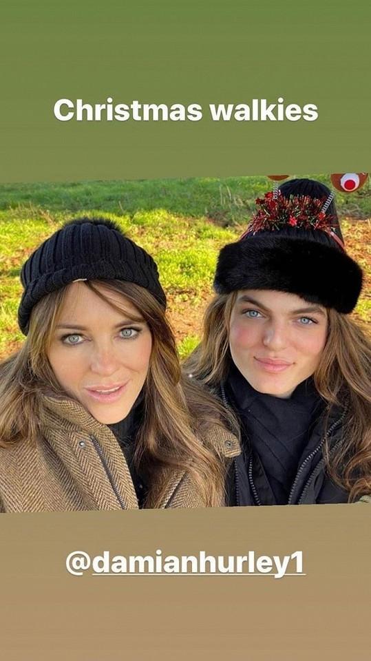 Narozeninový den strávila se synem Damianem Hurleym (foto z Vánoc).