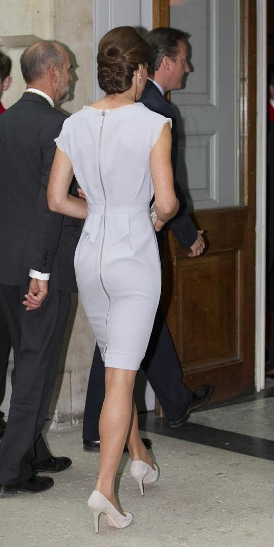 Elegantní model měl zip po celé délce.