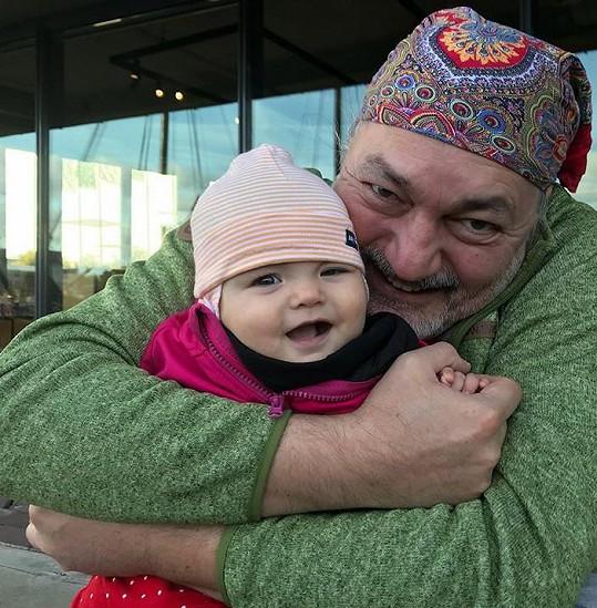 Zpěvák si užívá první dovolenou se svou malou dcerkou.