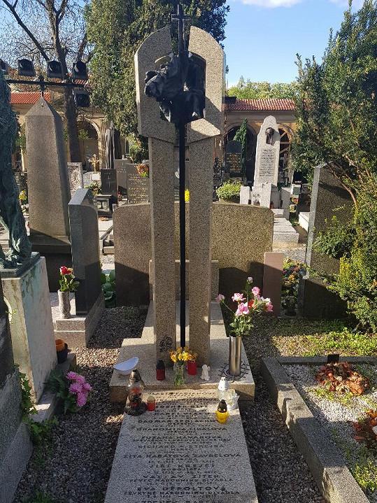 R.A.Strejka odpočívá v hereckém hrobě na Vyšehradě.