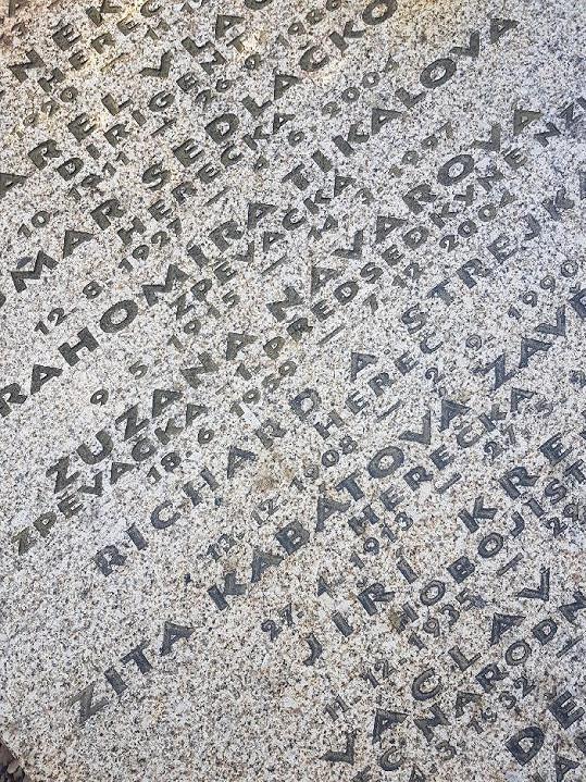 Ve stejném hrobě byly uloženy i ostatky herecké partnerky Strejky Zity Kabátové.