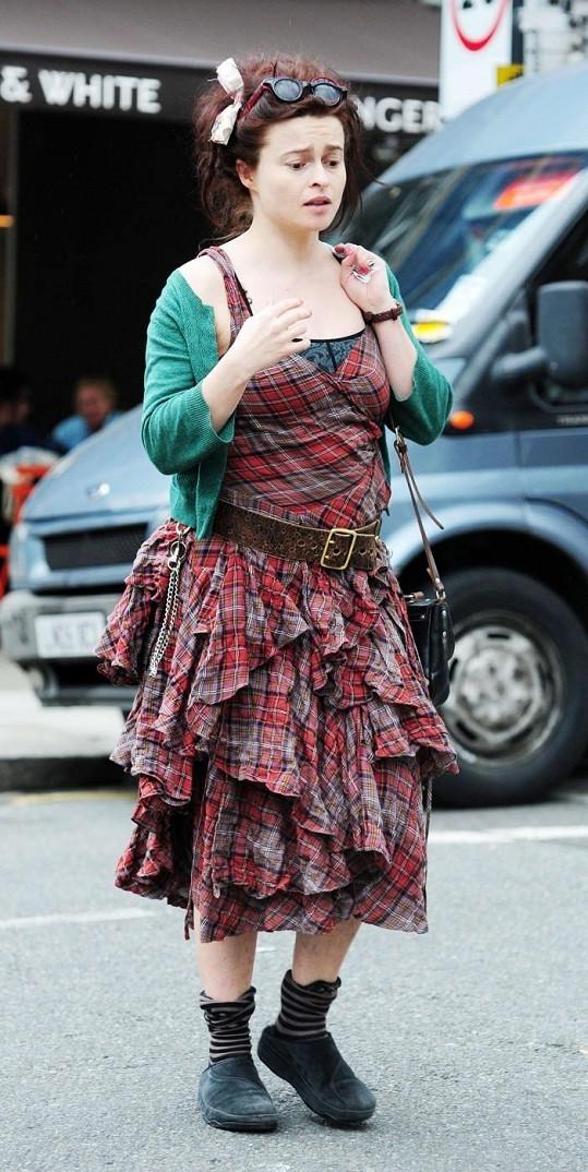 Herečka vypadala v ulicích Londýna poněkud zmateně.