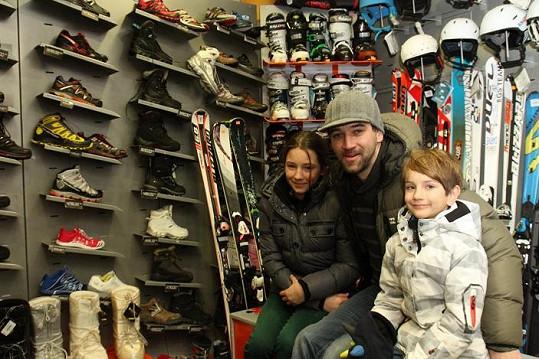 Dětem nakoupil vybavení na lyže.