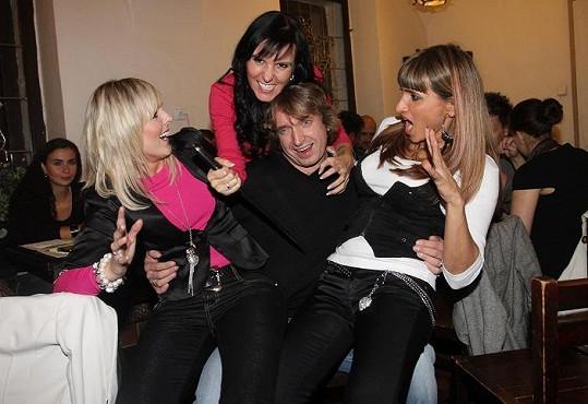 Na mejdanu byl Dan v obležení žen. Kromě přítelkyně Martiny Jandové se na něj vrhly i obě zpěvačky kapely.