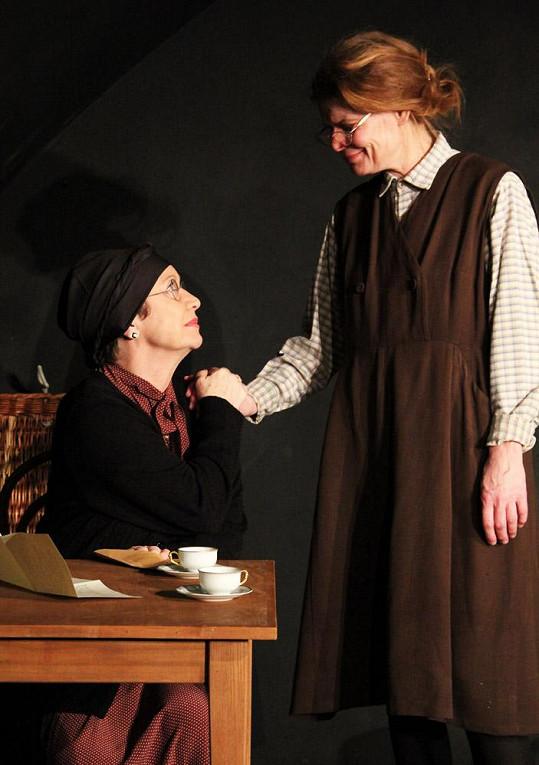 Maciuchová hraje lahůdkářku Rose a Bydžovská hospodskou.