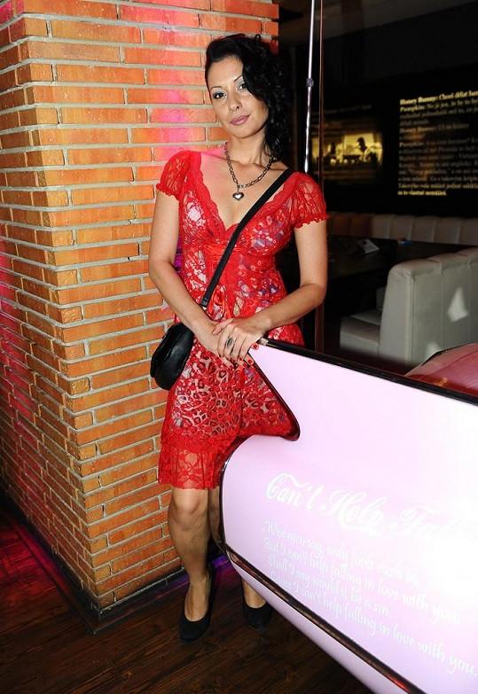 Adéla Taş je krásná a dobrovolně opuštěná.
