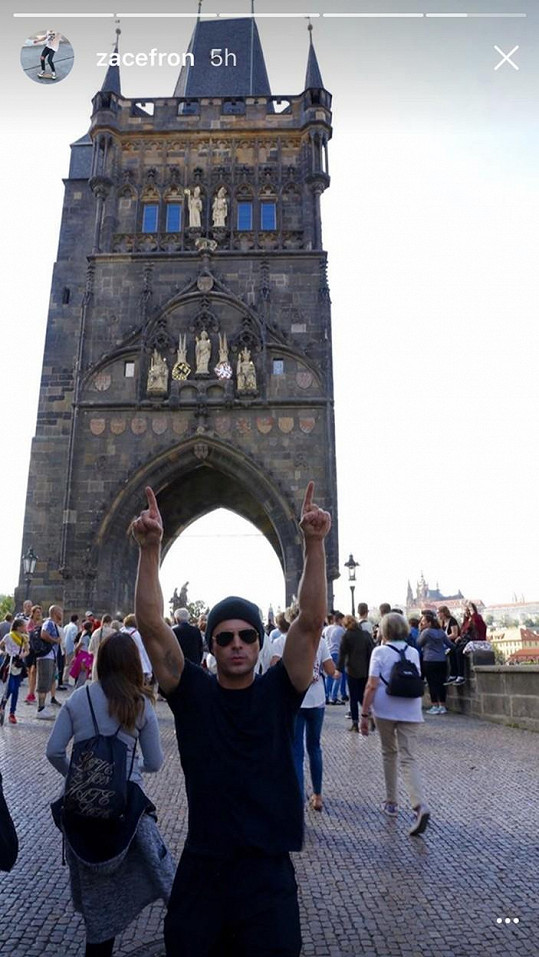 Zac Efron na Karlově mostě