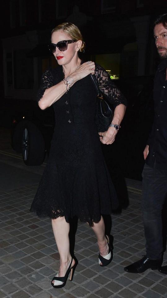 Na Madonniných rukou byla blížící se šedesátka znát mnohem víc než na obličeji.
