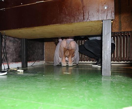 Co pod stolem dělali, nikdo nepochopil.