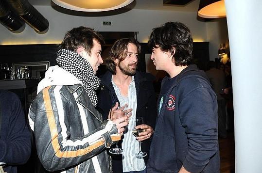 Petr s kamarády na večírku.
