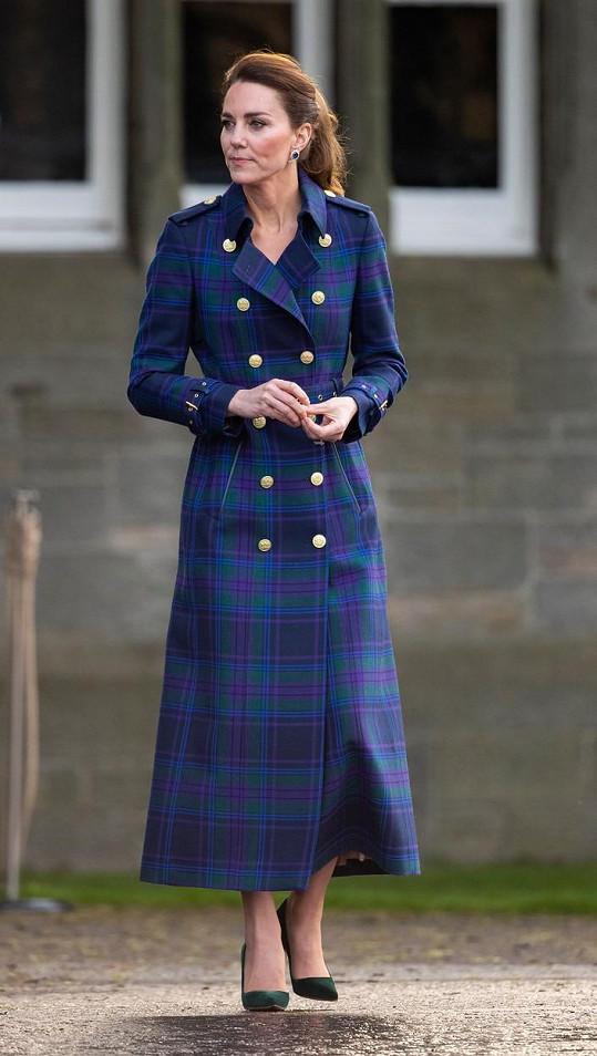Na další oficiální příležitost při své pracovní cestě ve Skotsku Kate oblékla kabát za 25 tisíc korun.