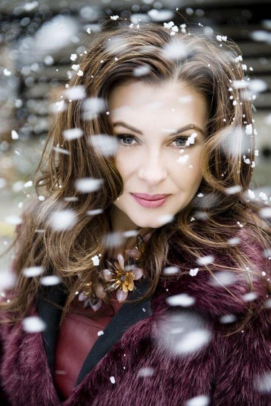 Oblečená do sněhových vloček