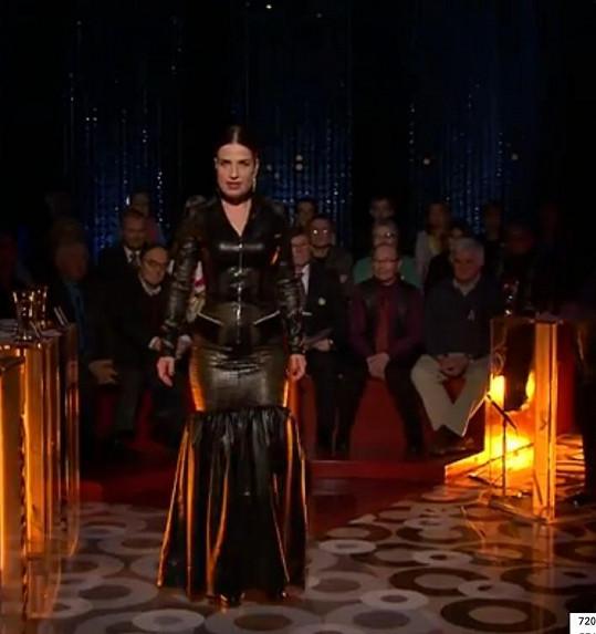 V modelu z kůže, či koženky vypadala Jílková vskutku démonicky. Tak to asi vypadá, když si domina z povolání vyjde do opery.