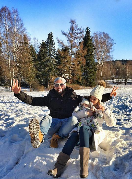 Michael Foret vyvezl rodinu na hory.