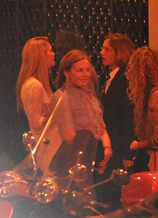 Modelka se synem francouzského prezidenta v nočním klubu Raspoutine.