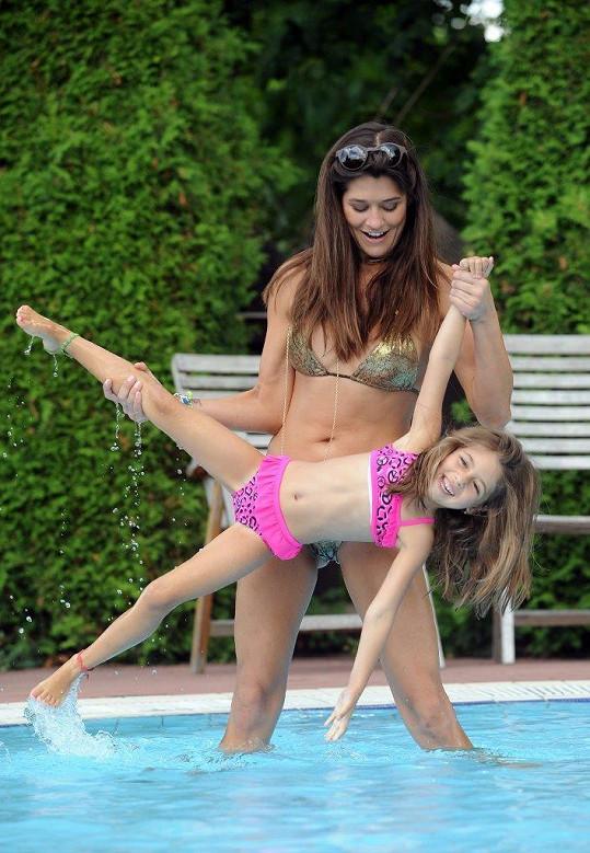 Takhle s Adriankou řádily v bazénu.