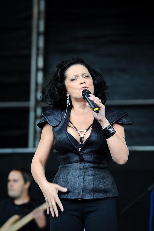 Lucie Bílá předvedla luxusní dekolt.