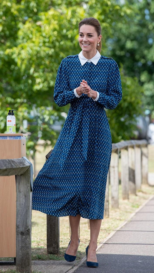 Vévodkyně Kate dorazila do nemocnice na oslavy ve velice cudných šatech.