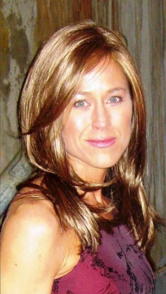 Jennifer Sullivan jako Jennifer Aniston: Profesionální dvojnice Jennifer Sullivan (46) z Dallasu v Texasu začala v tomto oboru podnikat poté, co byla neustále žádána neznámými lidmi o fotku s autogramem. Všichni si ji s hvězdou seriálu Přátelé pletli.