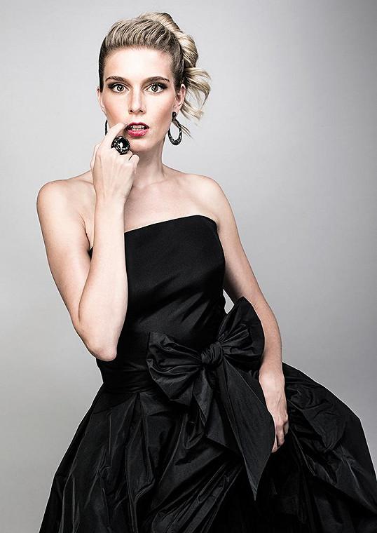 Krásné šaty si vyzkoušela moc ráda.