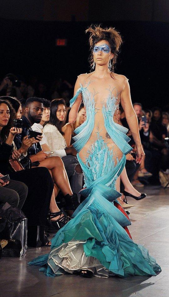 Během týdne módy v New Yorku se po předváděcím mole navíc procházela bez protézy.