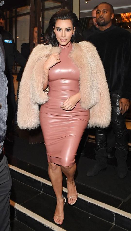 Kim Kardashian latex nesvědčí.