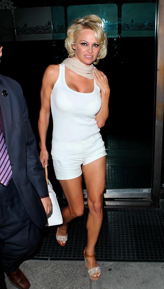 Pamela stylizovaná do Marilyn Monroe při odchodu z restaurace