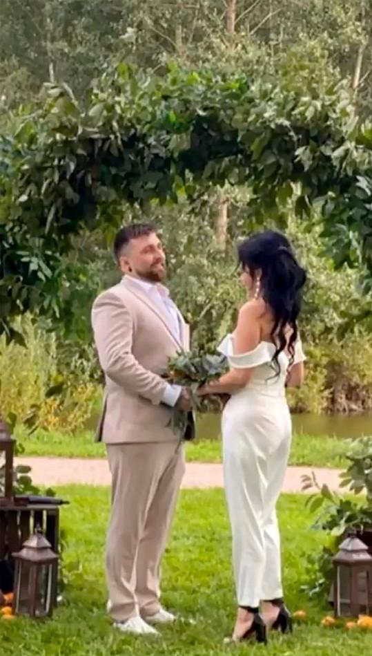 Při nedávné svatbě oznámili, že jsou s partnerem už rok svoji.