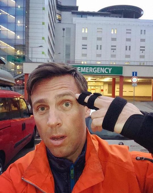 Vojtek si přivodil zlomeninu na natáčení, rovnou pak jel do nemocnice.