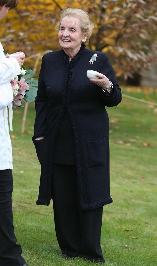 Bývalá diplomatka byla dokonale společensky oblečena a nechyběla jí ani typická brož.