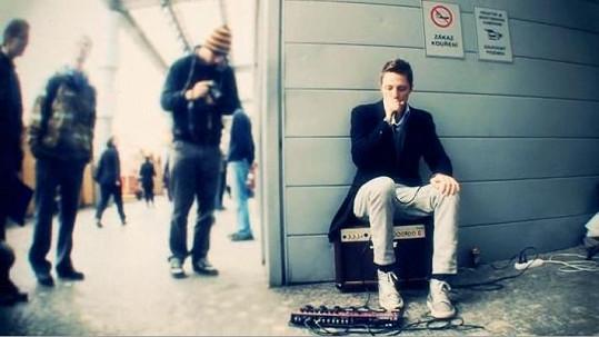 Ondřej Ruml jako pouliční muzikant.