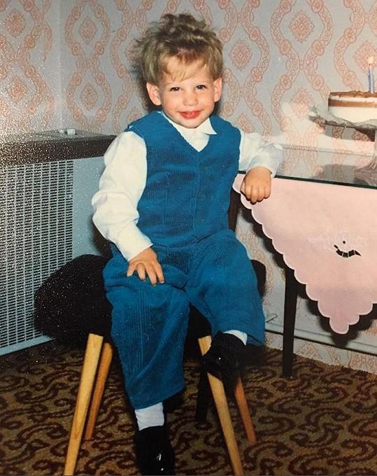 Peter Pecha se pochlubil fotkou, když jako dvouletý chlapeček slavil narozeniny.