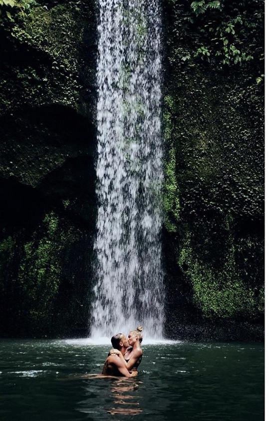 Veronika se staronovým přítelem Milanem pod vodopádem