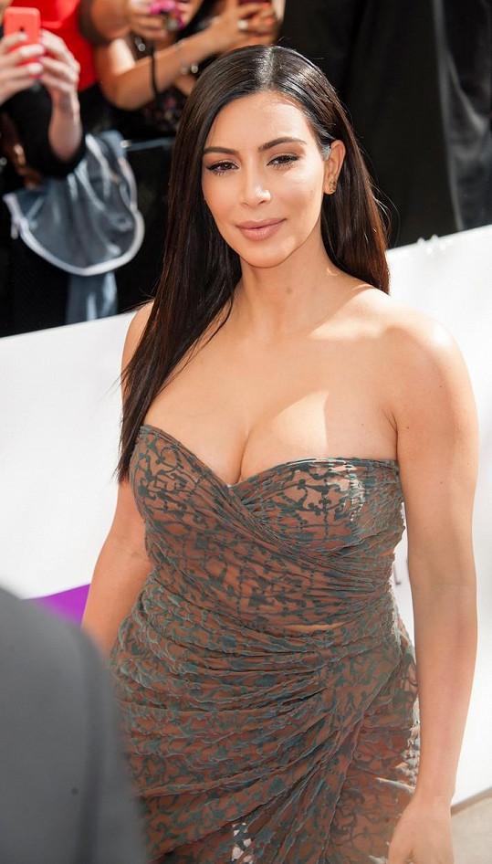 Kardashian předvedla své oblé křivky.