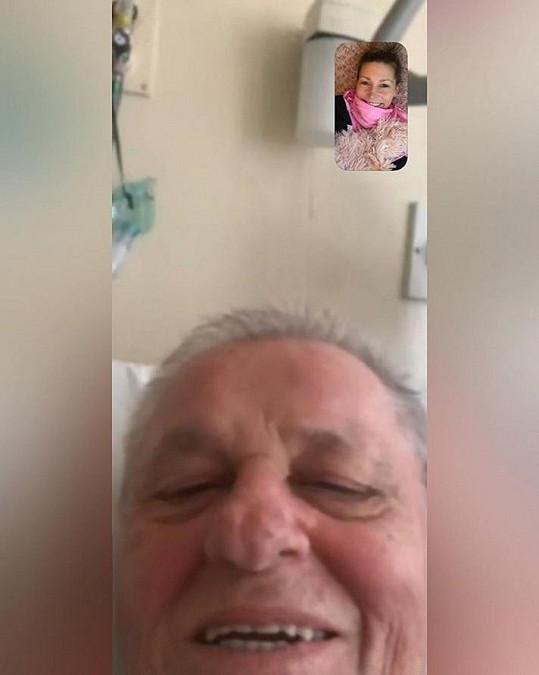 Tereza za tátou do nemocnice nemůže, tak si povídají přes videohovory.